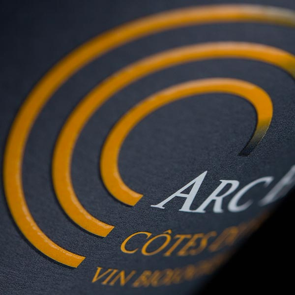 Étiquette Arc-en-Ciel, vin rouge biologique, AOC Côtes-du-Rhône.