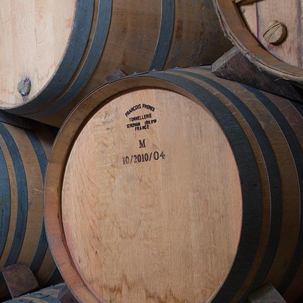 Tonneaux de vins du Domaine Au 7ème Clos à Visan, dans le Vaucluse.